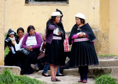 Les différentes  communautés d'indiens se reconnaissent à leur chapeau et à leur tenue vestimentaire